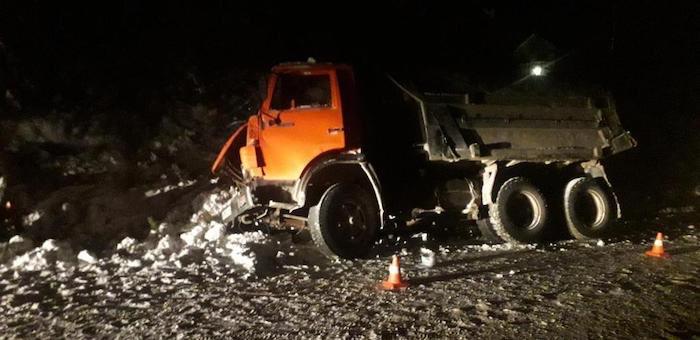 КАМАЗ ночью врезался в дерево в Горно-Алтайске