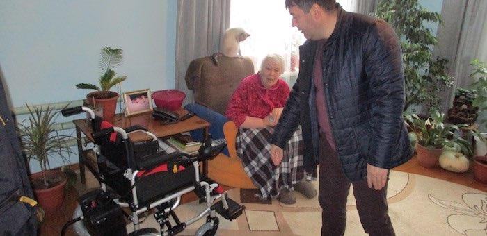 Жительнице Усть-Мунов вручили специализированное кресло-коляску