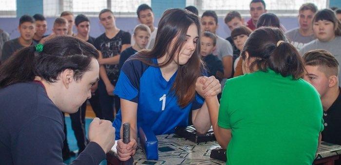 55 спортсменов приняли участие в соревнованиях по армрестлингу
