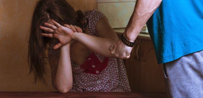 Мужчина устроил возлюбленной сцену ревности с побоями через несколько лет после расставания