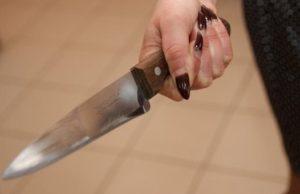 32-летняя женщина едва не зарезала молодого сожителя, приревновав его к подруге