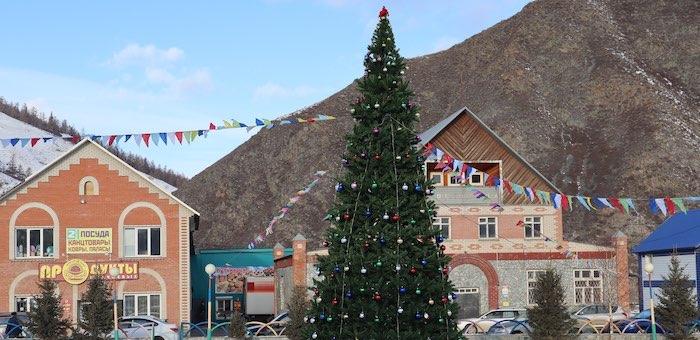 В Усть-Кане на главной площади установили искусственную елку