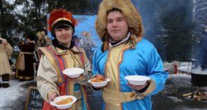 Гостей зимнего фестиваля угостили аутентичными алтайскими лакомствами
