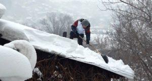 Молодежь выходит на борьбу со снегом