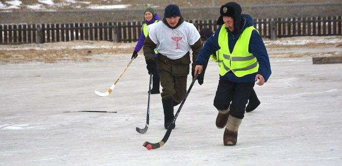 Турнир по хоккею в валенках прошел в Караколе