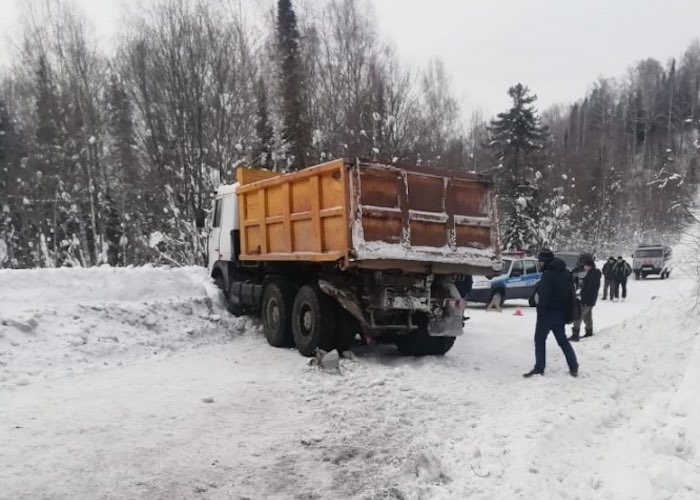 Два грузовика столкнулись на трассе в Турочакском районе