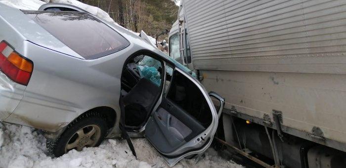 Водитель без прав на Toyota Camry выехал на встречку и врезался в грузовик
