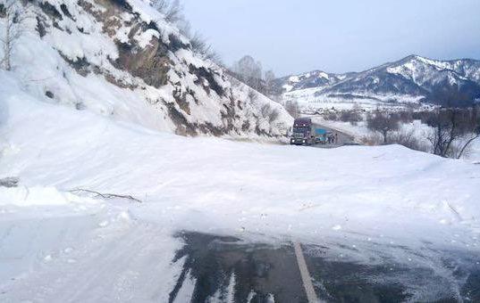 Две лавины сошли на дороги: на Чуйском тракте и на подъезде к Горно-Алтайску