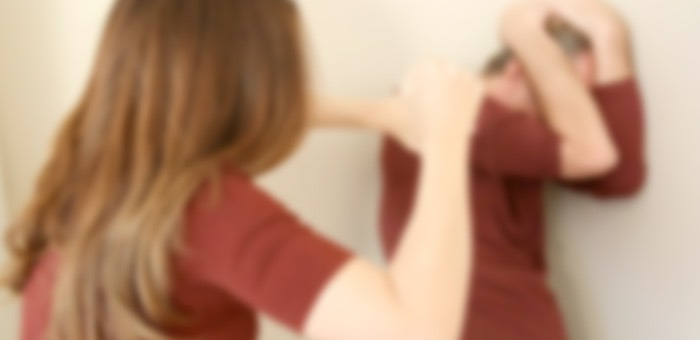 Сельчанка жестоко избила мужа за то, что он подарил дочери от первого брака дом