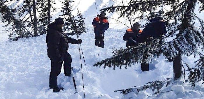 Тело попавшего под лавину охотника нашли в Усть-Коксинском районе
