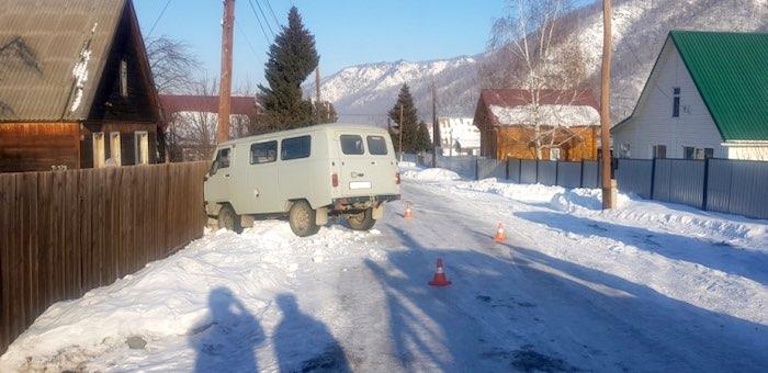 Ребенок выскочил под колеса УАЗа, машина врезалась в опору ЛЭП