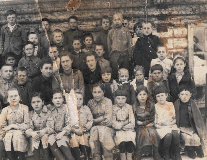 Дети работников рудника, военные годы. Фото из личного архива семьи Зяблицких.