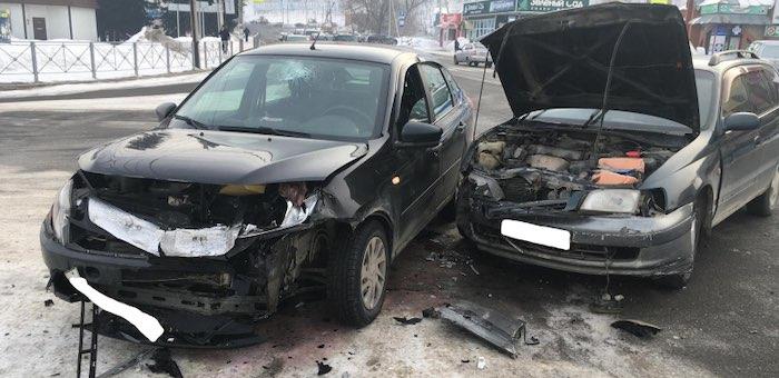 Две машины не смогли разъехаться на разъезде в Майме