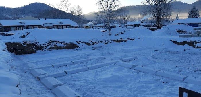 Строительство детсадов в Турочаке и Бийке: начался монтаж фундаментов