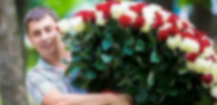 Пришел к любимой с цветами и тортом, а потом избил ее и сломал нос участковому