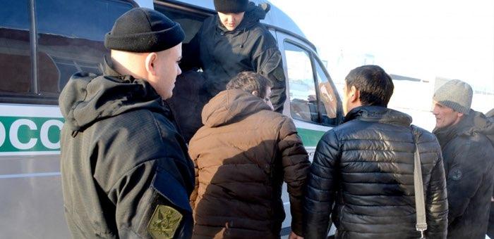 Трех незаконно находившихся в республике иностранных граждан выдворили на родину