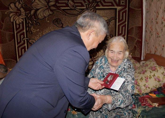 Парламентарии вручили памятные медали труженицам тыла