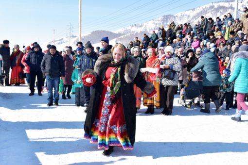 Парад конных колонн, конкурсы блинов и частушек, задорное веселье: в Усть-Коксе проводили зиму