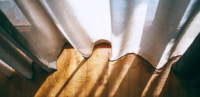 Какими достоинствами обладают рулонные шторы