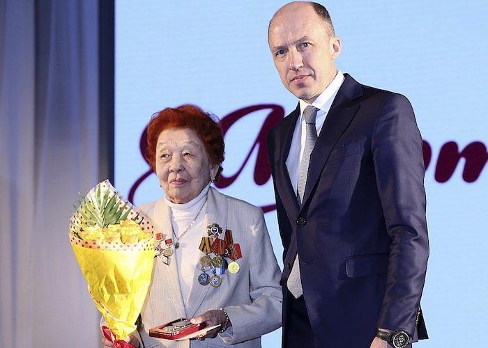 Руководители республики поздравили женщин с 8 Марта и вручили им госнаграды