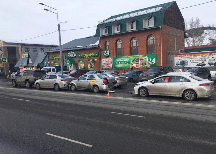 В Горно-Алтайске перед светофором столкнулись четыре автомобиля