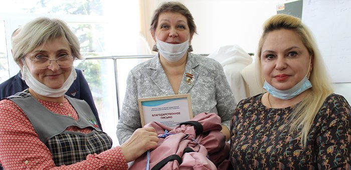 Волонтеры сшили для медиков сто комплектов спецодежды