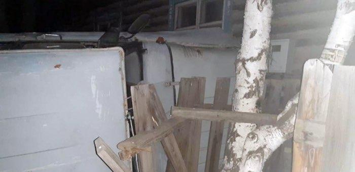 В Улагане нетрезвый водитель врезался в забор, пытаясь скрыться от ДПС