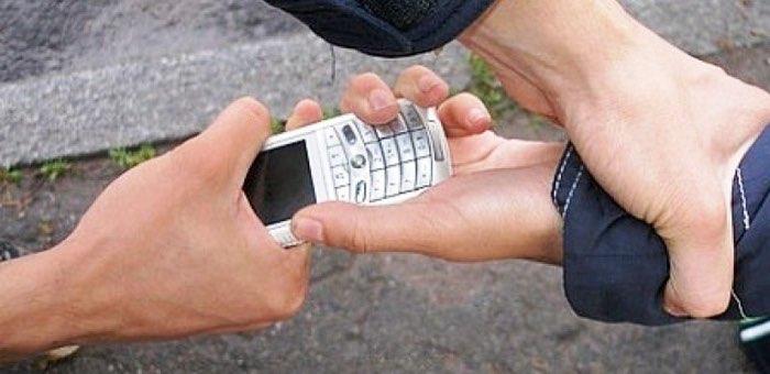 За долг отчима в 500 рублей житель Огневки отобрал у подростка мобильник стоимостью 8 тысяч