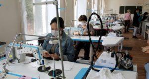 В Горно-Алтайске волонтеры шьют бахилы и защитные костюмы для медиков