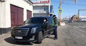 Сотрудники полиции проводят разъяснительные беседы с теми, кто въезжает в регион