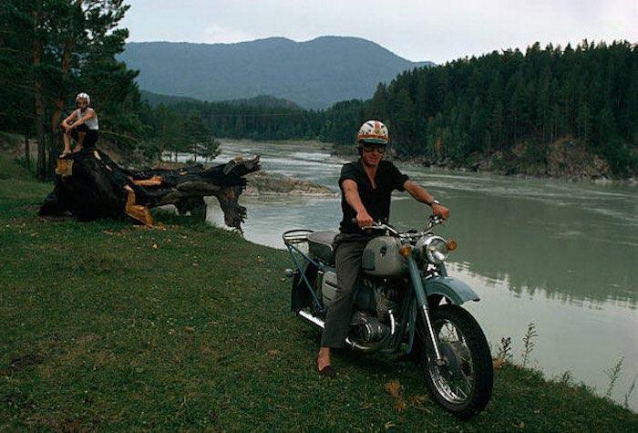 Мотоциклист в домашних тапочках на берегу Катуни