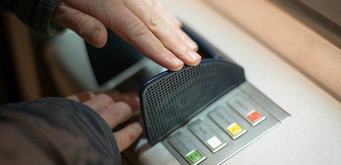 Сообщил пин-код и отдал карту: мужчина позволил собутыльнику украсть все свои деньги
