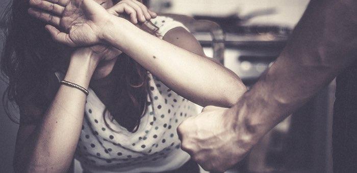 Кулаками и табуретом муж пытался отучить жену от дурной привычки