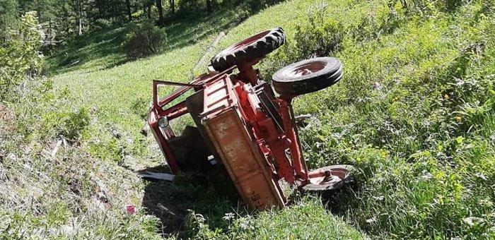 Мужчина получил тяжелые травмы, опрокинувшись с горы на тракторе