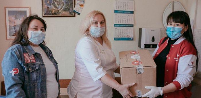 Волонтеры передали медикам средства индивидуальной защиты