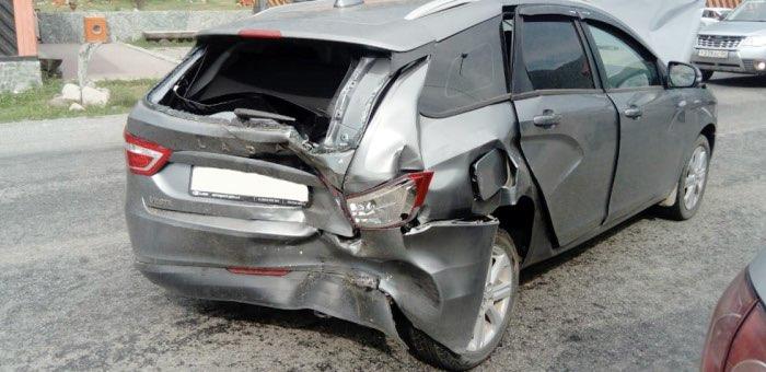 Три автомобиля с туристами столкнулись в Элекмонаре