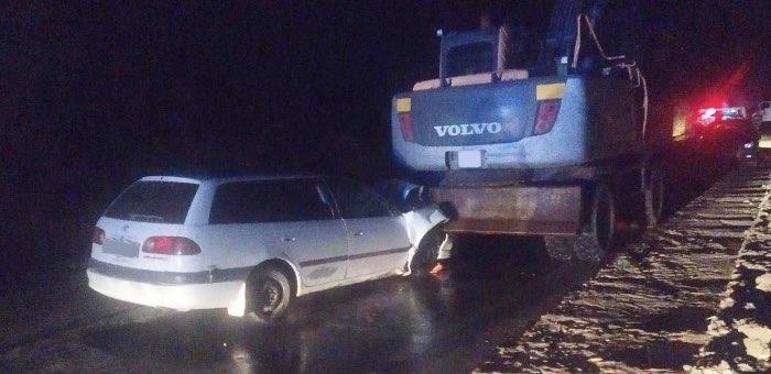 Пьяный водитель на «Тойоте» врезался в экскаватор