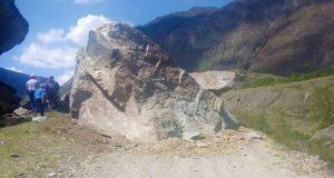 В Чулышманской долине на дорогу упал огромный кусок скалы