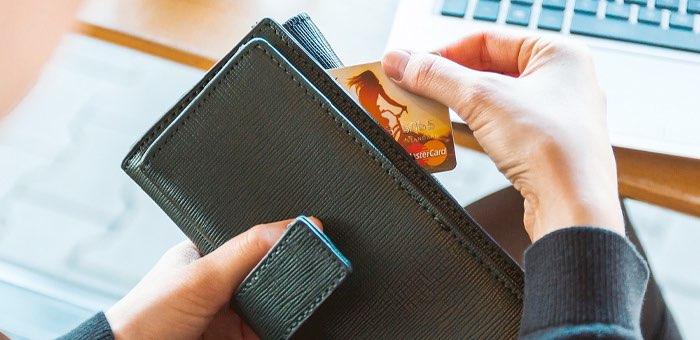 Женщина обманом оформила на клиентку кредитную карту и тратила с нее деньги