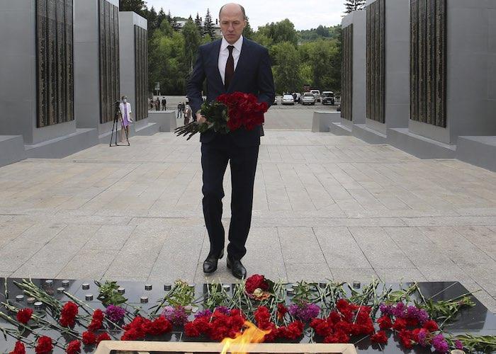 Руководители республики возложили цветы к Вечному огню