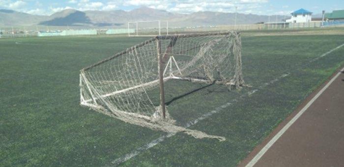 На ребенка упали ворота и повредили ему позвоночник, ответит за это директор стадиона