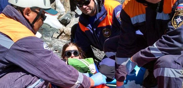 Туристку с открытым переломом ноги эвакуировали спасатели с горного перевала