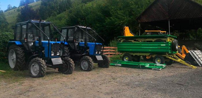 Тракторы, прицепы, экскаватор-погрузчик: в республику поступила новая спецтехника
