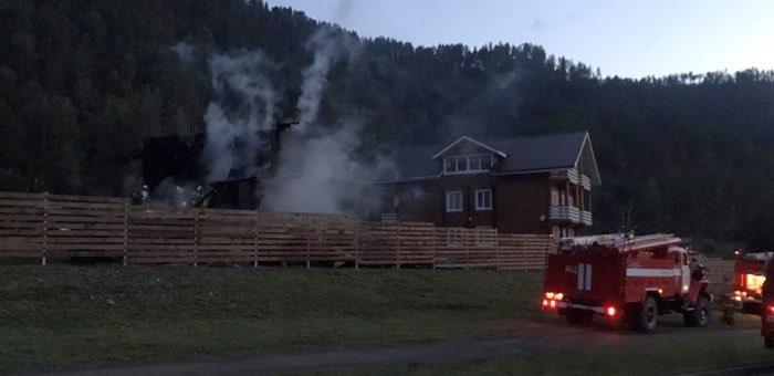 Три человека попали в больницу после пожара на турбазе в районе «Бирюзовой Катуни»