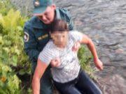 «Отвечает матом на предложения помощи и тонет»: пожарные вытащили из реки женщину