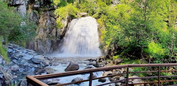 На водопаде Корбу реконструировали обзорную площадку