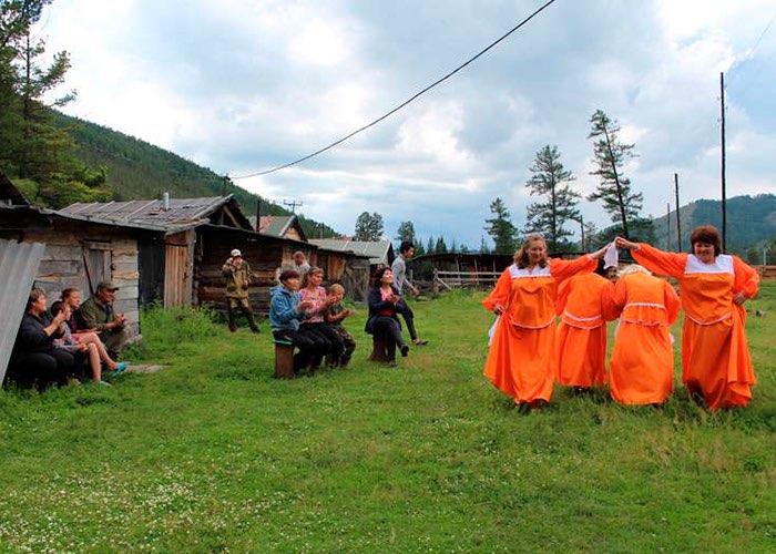 Концерт и лекция о международном положении: в Усть-Коксинском районе возрождают агитбригады