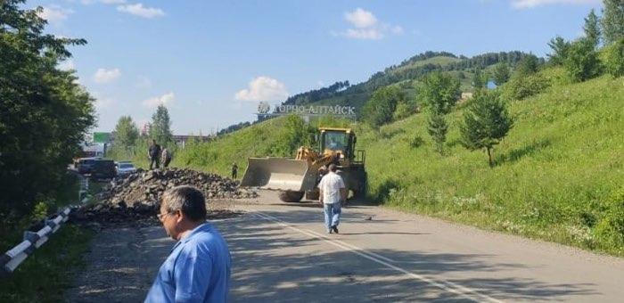 На дороге между Горно-Алтайском и Кызыл-Озеком ликвидируют последствия обвала грунта