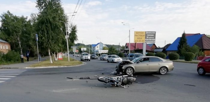 Жесткое столкновение Audi и мотоцикла произошло в Горно-Алтайске