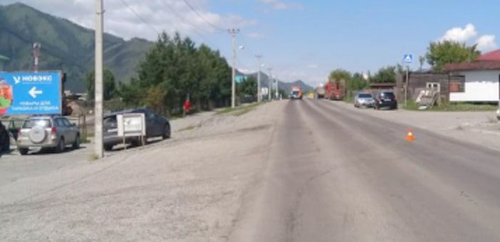 Восьмилетняя девочка попала под колеса автомобиля в Чемале